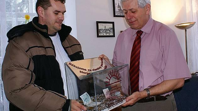 Jaroslav Vacata z Chodové Plané (vlevo) spolupracoval s Nadací pro transplantaci kostní dřeně a pomáhal s vybíráním darů. Na snímku předává dárcovské schránky vedoucímu odboru vnitřních věcí Městského úřadu v Tachově Vladimíru Tahovskému.