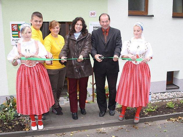 OPRAVENOU A ZATEPLENOU budovu internátu slavnostně otevřeli zástupci Plzeňského kraje a studenti Střední odborné školy Stříbro.