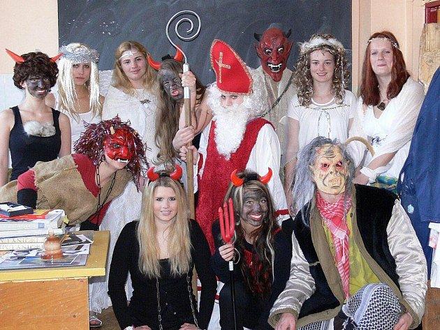 HUMANITNÍ větev šestého ročníku tachovského gymnázia si zahrála na čerty i anděly.