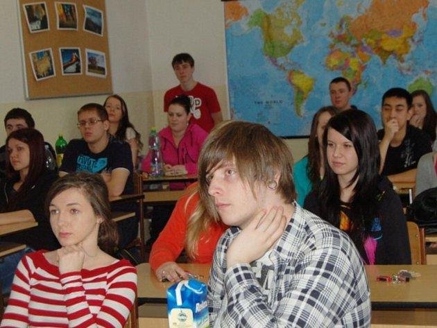 V Gymnáziu Tachov se konala beseda s operátorem druhého bloku temelínské jaderné elektrárny Tomášem Hubálkem.
