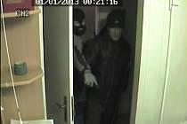Dva dosud neznámí muži využili krátkodobé nepřítomnosti pracovníka směnárny a za pomoci násilí překonali dveře zadního vchodu do směnárny.