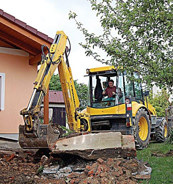 V Kostelci se uskutečňují poslední úpravy nově vybudované kanalizace.