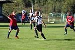 Dlouhý Újezd (v červených dresech) útočil a střílel, gól dal ale pouze kdyňský soupeř.