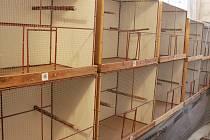Voliéry byly při chovatelském trhu ve Stříbře prázdné.