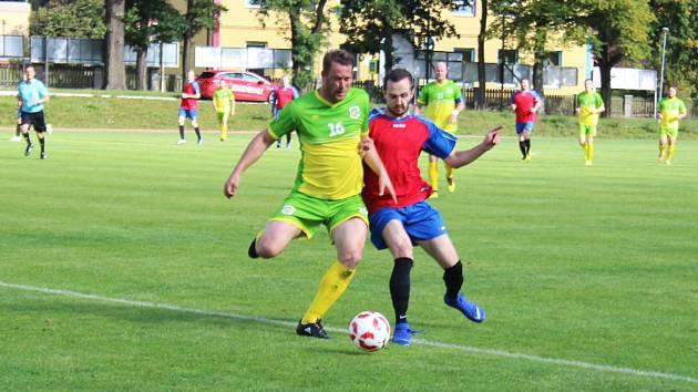 Zatímco fotbalisté Slavoje Chodová Planá (v zelenožlutém) vyhráli v sedmém kole I.B třídy v Krchlebech, hráči FK Planá (v červenomodrém) doma padli vysoko se Sokolem Mrákov.