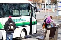 Občané Tachova požadují rozšířit počet jízd nízkopodlažního autobusu. Do obyčejného se jim špatně nastupuje