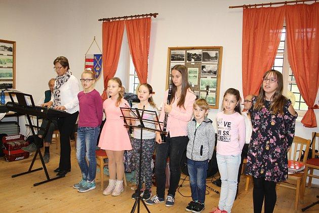 Seniorům při tradičním podzimním setkání v letohrádku zazpívali žáci Základní školy ve Svojšíně.