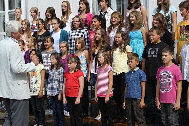 Základní umělecká škola v Tachově zahajovala ve čtvrtek školní rok na nádvoří zámku. Zahráli trubači a zazpíval dětský sbor.