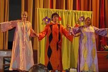 Plzeňské divadlo Pluto přijelo za dětmi na stříbrskou scénu a herci dětem zahráli pohádku O Mančince a Matějovi aneb Komu se nelení, tomu se zelení.