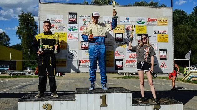 Snímky z letošních letních závodů, které třináctiletá tachovská jezdkyně absolvovala.
