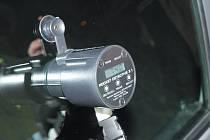 Policisté několik měsícú používají přístroj, který změří propustnost světla sklem