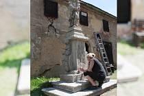 KONTROLNÍ DEN se konal v úterý v Michalových Horách u barokní sochy svatého Antonína Paduánského. Sešli se zde zástupci městyse  a   Národního památkového úřadu spolu s restaurátorkou Martina Marie Niubó (na snímku).