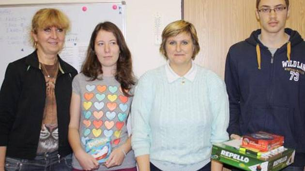 STUDENTŮM poděkovala za reprezentaci školy ředitelka tachovského gymnázia Irena Volkovinská (vlevo). Druhá zleva sedmá v krajském kole olympiády Klára Švejdová, vedle ní učitelka Renata Koubková a zcela vpravo vítěz krajského kola Eduard Šimůnek.