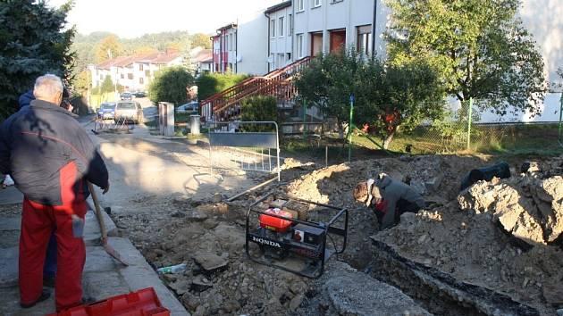 Výkop na snímku měl být odkryt několik dní. Ale lidem z Třešňové ulice v Halži brání v cestě už dva měsíce.