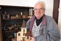 EMIL FIALA začal domečky vyřezávat před dvěma lety. Teď je vystavuje v černošínském muzeu.