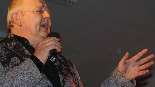Za snížený honorář vystoupil na sobotním koncertu Emanuel Gott, imitátor slavného Mistra.