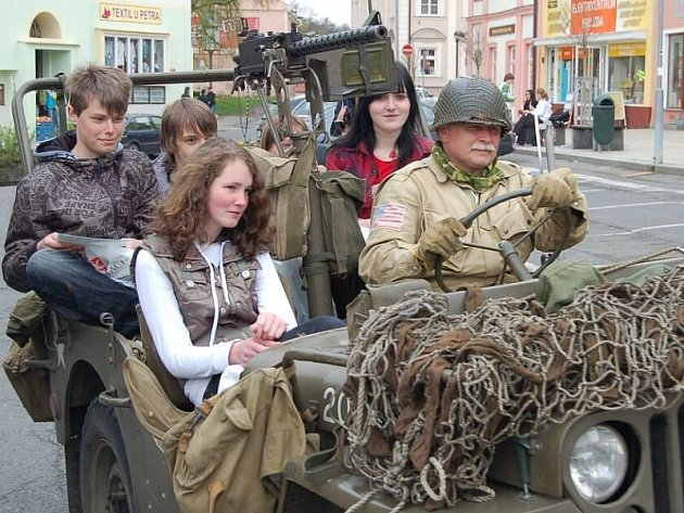 PROJÍŽĎKA V JEEPU. Vítězové soutěže z jednotlivých škol měli možnost se projet v historickém vojenském voze.