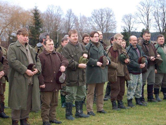Honitba v Sulislavi patřila v pátek myslivcům a honcům z Čech, Rakouska, Švýcarska a Finska. Na pátý ročník naháňky černé zvěře a jelena siky se jich sjelo pětasedmdesát.