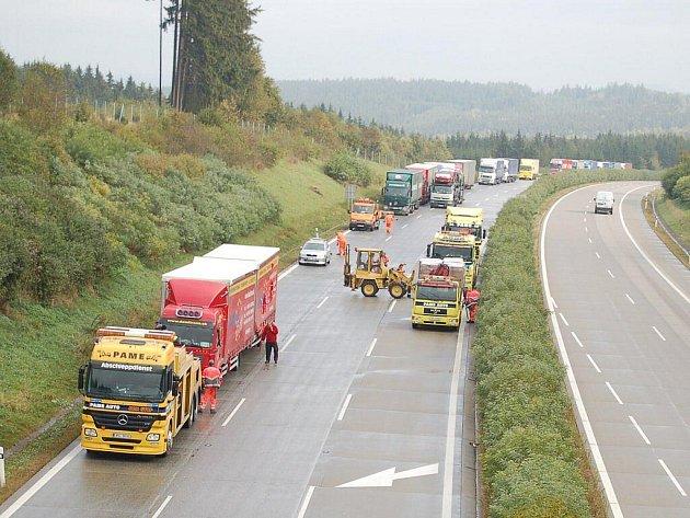 Nehoda na dálnici D5  u Mlýnce zablokovala zcela provoz směrem na Rozvadov.