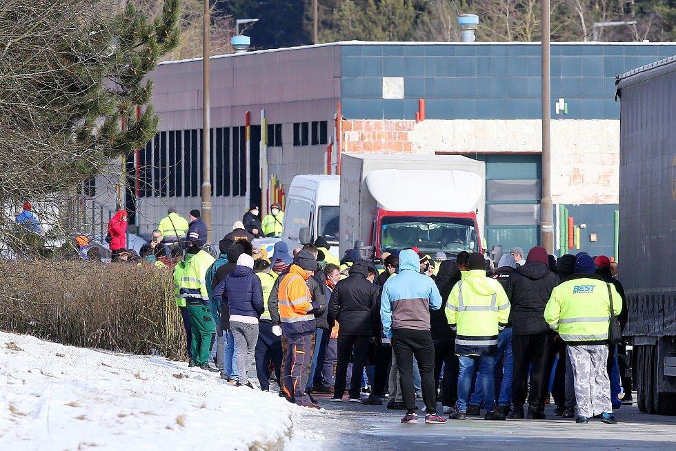 Stovky řidičů kamionů čekají na testování  na Covid na bývalém dálničním hraničním přechodu Rozvadov.