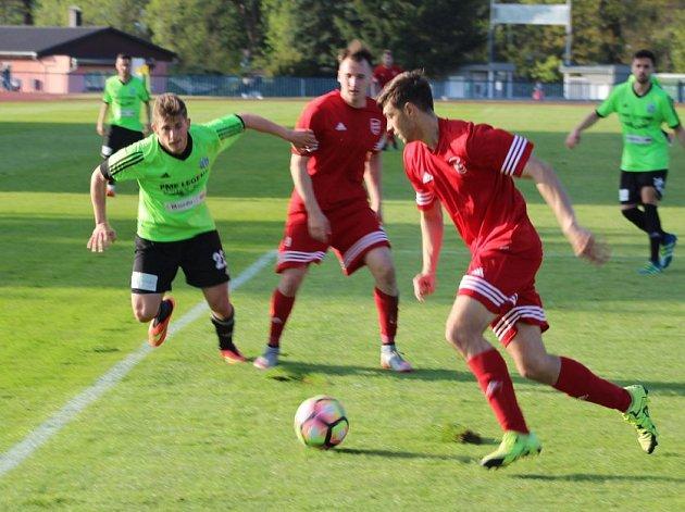 V utkání třetí fotbalové ligy mezi FK Tachov (v červeném) a Slavojem Vyšehrad byli lepší domácí, kteří zvítězili 4:2.