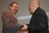 Václav Peteřík (vlevo) převzal ocenění od vedoucího Centra Bavaria Bohemia Hanse Eibauera