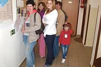 Školu si přišlo prohlédnout kolem stovky lidí. Zajímalo je úplně vše včetně toalet a nástěnek na chodbách.