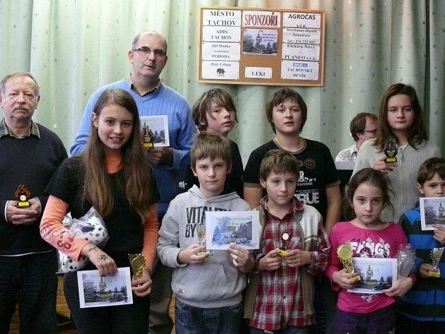 VÍTĚZOVÉ. Na snímku jsou nejlepší šachisté z vánočního turnaje, který na konci minulého týdne uspořádal Šachový klub Tachov.