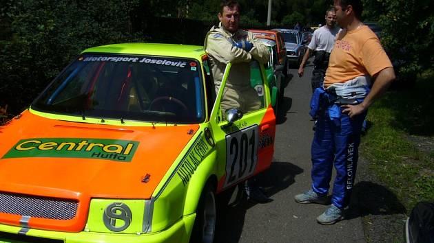 Automobiloví závodníci z Tachovska Petr Joselevič  z  Tachova (vlevo)  a  Petr Bělohlávek z Plané startovali na závodech do vrchu v Žalanech.  Zatímco plánský jezdec závod nedokončil, Tachovan mohl být s výsledkem spokojený