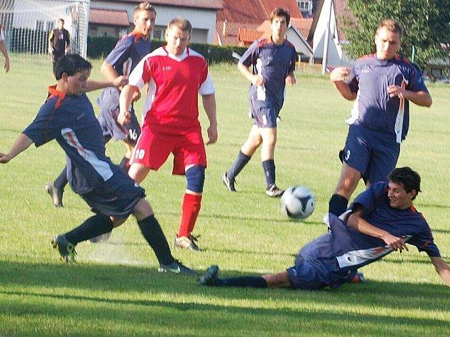 První utkání o postup do II. třídy se hrálo v pátek ve Stráži, Lom vyhrál 2:3.
