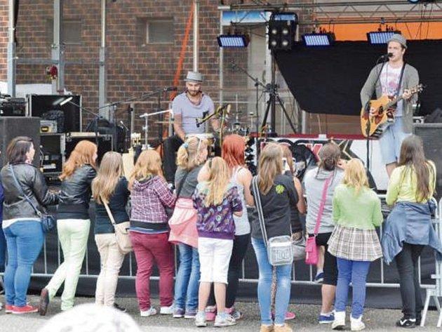 V RÁMCI sobotního odpoledního programu na pouti v Kladrubech vystoupil písničkář Voxel (vpravo s kytarou), který zaujal především dívčí část publika.