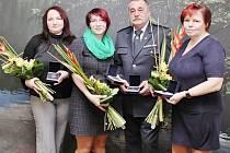 Zuzana Hovorková a Hedvika Maroušková (první a druhá zleva) převzaly medaili za záchranu života.