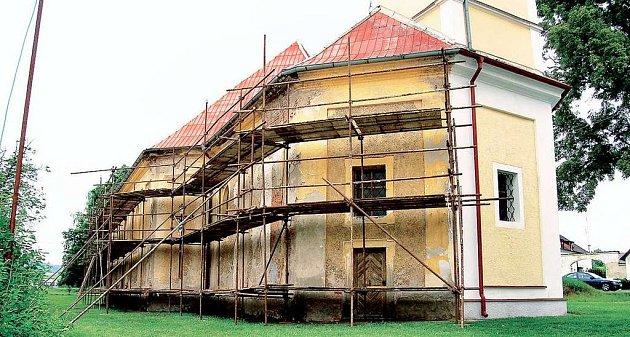 Oprava kostela Nejsvětější Trojice v Zadním Chodově je v závěrečné fázi.