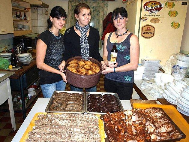 Vepřové hody mimo jiné připravily (zleva) Adéla Dvořáková, Kristýna Marešová a Soňa Marešová