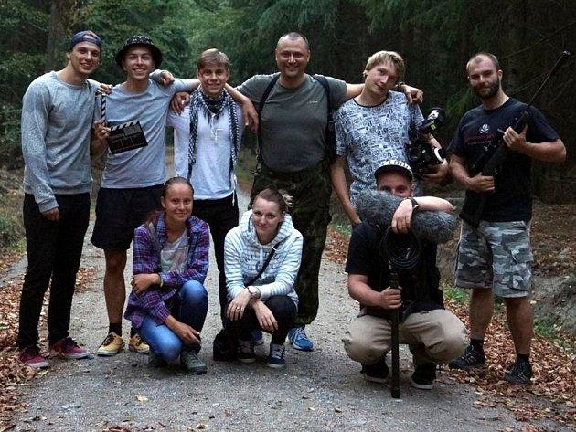 Foto skupiny filmového týmu stojící zleva: Michal Kertész, Jakub Blín, Michael Baca, Jan Vavřička, Anton Evdoshenko, Miroslav Karel