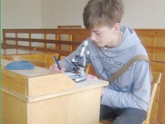 Druhý v kategorii starších žáků Matěj Frouz z včelařského kroužku Stříbro soustředěně pracuje s mikroskopem.