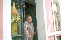 ŽIVOT V KOHOUTOVĚ. V osadě Kohoutov stávalo kdysi osmnáct až devatenáct usedlostí. Dnes je jich sotva polovina. V jedné z nich přebývá Gerda Nováková.