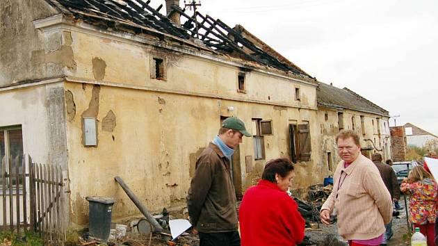 Ve Strahově přišlo o střechu nad hlavou šestnáct lidí. V pátek krátce před půlnocí jim totiž shořel rodinný dům. Na vině byla zřejmě závada na elektroinstalaci.
