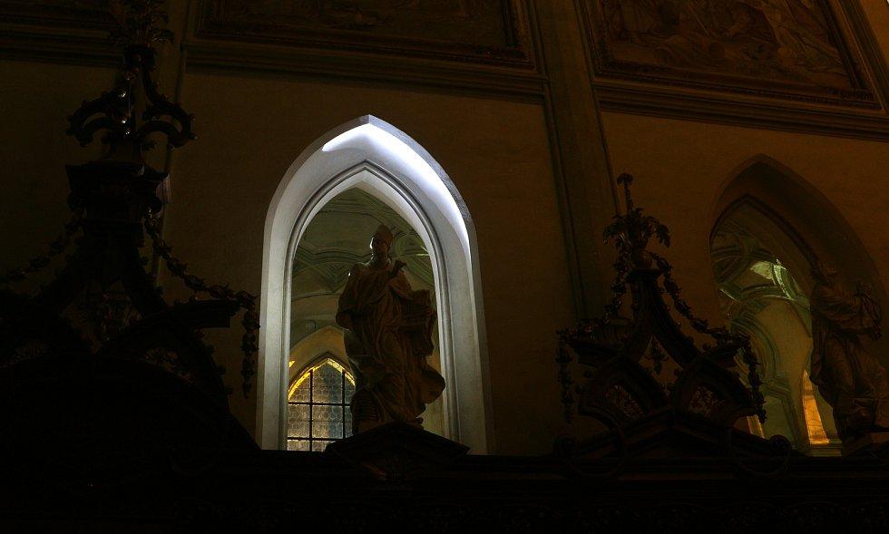 Večer po setmění je klášterní kostel skoro až tajemný.