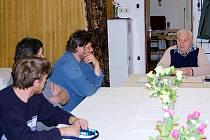 Zastupitelé Zhoře (na snímku) v čele se starostou Stanislavem Novákem (vpravo) na mimořádném zasedání rokovali o situaci, která v obci nastala. Radní chtějí incidentům předcházet.