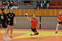 2. liga žen: Slavoj Tachov (černé dresy) - DHK Pardubice 33:23.