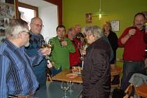 K ochutnávce Svatomartinského vína se v pátek sešli tachovští příznivci tohoto nápoje.