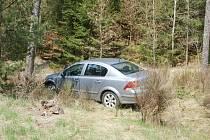 Auto skončilo v lese, mezi stromy. Před tím ale řidič přeletěl příkop a projel asi desetimetrový pás lesa.