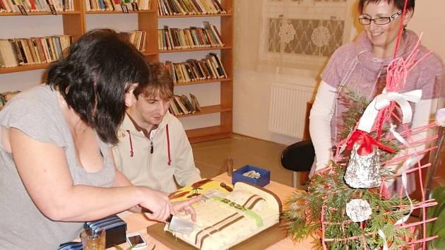 EVA KORONOVÁ vlevo nakrajuje dort ve tvaru postele, který měl sloužit jako připomínka k tomu, na co budou peníze využity.