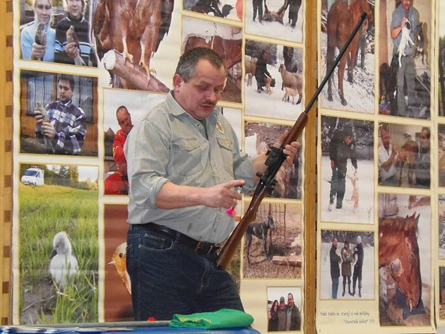 KAREL BOBÁL neukázal dětem jen živou kunu, ale mimo jiné i narkotizační pušku, nebo odchytová lasa.
