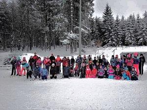 Děti ze Základní školy Hornická Tachov se učily běžkovat. Výlet jim zajistila partnerská škola z Plössbergu.