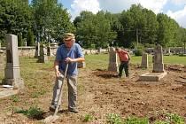 Na staré části hřbitova v Hošťce se sešla česko německá brigáda, aby pomohla k jeho obnově.