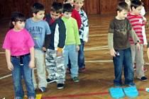 ZIMNÍ SPORTY V TĚLOCVIČNĚ. O tom, že jdou zimní radovánky spojit s tělocvičnou, se přesvědčily děti z družiny Základní školy v Hornické ulici v Tachově.
