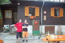 Na tuto chatu u Sycheráku jezdil autor reportáže před více než třiceti lety na dovolenou. Dnes je tato bývalá podniková chata v soukromém vlastnictví.