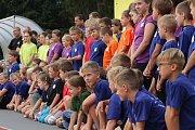 Slavnostním nástupem na hřišti Slavoje začal v pondělí ráno třetí ročník příměstského tábora v Chodové Plané.